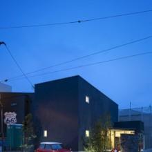 黒いハコと庭とのコントラストがステキな家。2