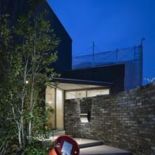 黒いハコと庭とのコントラストがステキな家。0