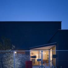 黒いハコと庭とのコントラストがステキな家。3
