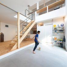 サンカク屋根のサッカー練習ができる家1
