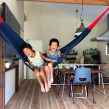 ハンモックで遊ぶ子供達