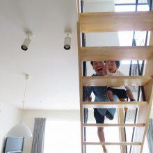 階段から「ばぁ!」