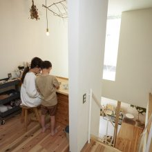 長い玄関スロープが印象的な家。5