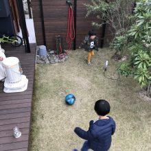 庭でサッカー