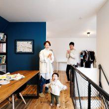 ブルーの壁とインテリアグリーンが印象的な家。1