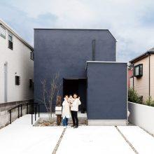 ブルーの壁とインテリアグリーンが印象的な家。0