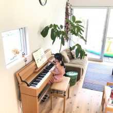 リビングでピアノレッスン