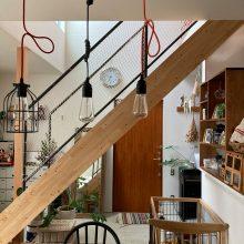 キッチンカウンターと階段下