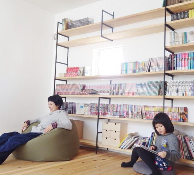 家を建てたら絶対にやりたかった壁付け本棚。 漫画や小説、絵本、家族のアルバム…。 本棚前は家族の絶好の遊び場になりました。 家の中でもかなりのお気に入りスポットです。