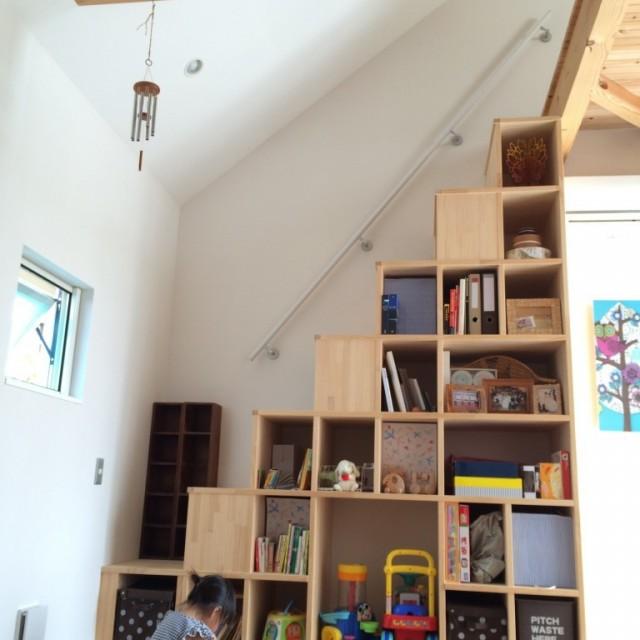 ロフトの階段って登りにくい!ってことで、収納兼階段を作ってもらいました。収納力抜群で、本もオモチャもいっぱい入ります。子どももお気に入りの読書スペース。
