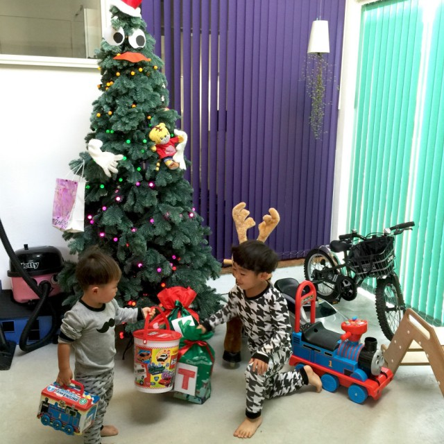 我が家のクリスマスの朝。 サンタさんは土間にプレゼントを 置いていってくれます。