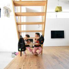 階段と子供、いつも一緒。