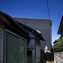 母屋の裏に建つ2階セカンドリビングの黒壁の家0
