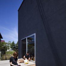 母屋の裏に建つ2階セカンドリビングの黒壁の家1