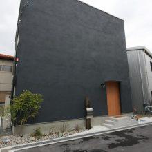 土間リビングを楽しむ真黒なハコの家0